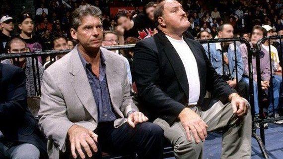Vince y Slaughter viendo el match y el posterior Montreal Screwjob.